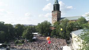 stort folkhav på DBTL år med domkyrkan i bakgrunden.