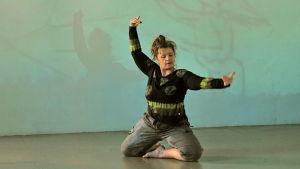 dansaren Marjan Raar uppför dans på scen.