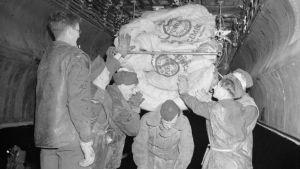 Brittiska trupper lastar livsmedel och andra förnödenheter i samband med operation Manna