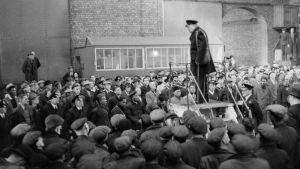 Winston Churchill håller tal för hamnarbetare i Liverpool 1941