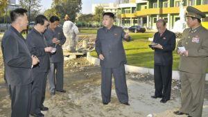 Pohjois-Korean johtaja Kim Jong-un seurueineen vierailee lastensairaalassa