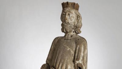 En träskulptur som föreställer helgonet Sankt Olof.