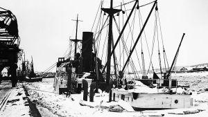 En arkivbild på ett ångfartyg som sänkts vintertid.