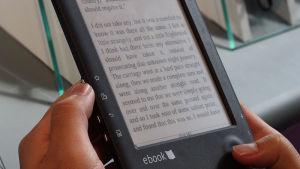 Biblioteken i huvudstadsregionen lånar både e-böcker och e-tidningar.