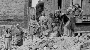 Tyskland efter kriget, kvinnor och sönderbombade städer. En hög stenar.