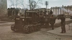 Krigsbytestraktor och fångar i Viborg 1941.