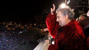 Plácido Domingo vilkkuttaa yleisölle