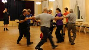 Johnny Sved instruerar dansen under övningen.