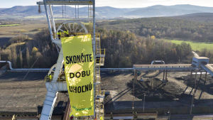 Greenpeace-banderolll på ett torn i ett kolkraftverk i Slovakien.
