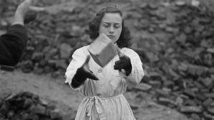 Kvinna bygger upp det sönderbombade Tyskland. Arbetar med sten.