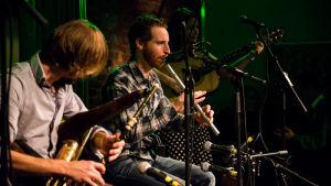 Irlantilaisen musiikin tulevaisuutta edusti nuorekas Realtá-yhtye, jossa uilleann pipes soi tuplana.