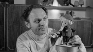 Gerhard Behrendt år 1979 med sin skapelse, med dockan das Sandmännchen (John Blund)