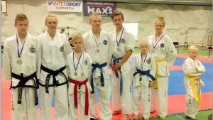 Från vänster: Rufus Kesti, Lindah Kesti, Lauri Lahtinen, Nico Flinck, Alec Holmström, Irene Kesti, Anna Liljestrand, Aron Kesti. Alla från RasBudo