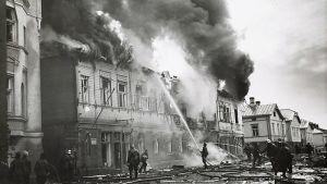 En trähusbrand släcks efter bombningar under vinterkriget i Åbo.