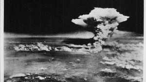 Fotografi av atombom,ben över Hiroshima.
