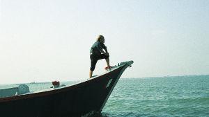 Tapio Wirkkala veneen keulassa Venetsiassa