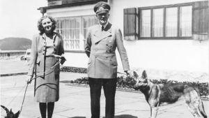 Adolf Hitler och Eva Braun vid Berghof nära Berchtesgaden