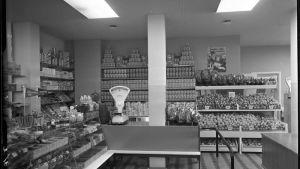 Mustavalkoinen kuva valintamyymälästä.