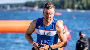 Robson Lindberg som springer på tävlingen Ironman i Tahko år 2015.