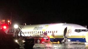 Boeing 737 plan i en flod.