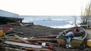 Stranden är fylld av bråte efter stormen.