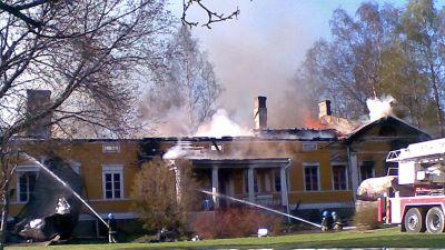 Tjusterby gård i Sjundeå brinner