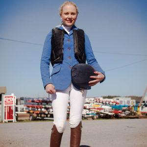 Nuori ratsastaja kilpa-asussaan