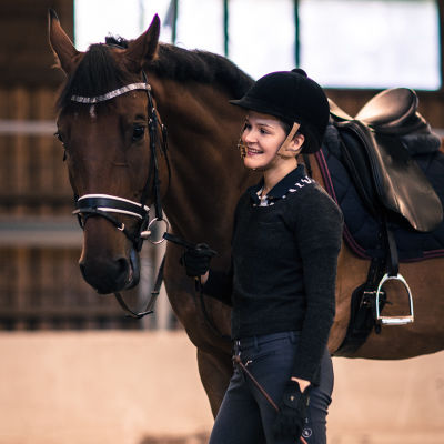 Ronja ja Cassu-hevonen ennen ratsastusta