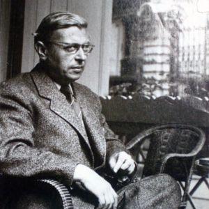 Foto sv en sittande Jean-Paul Sartre