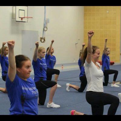 Märta på cheerleading träning