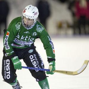 Akillesspelaren Ville-Veikko Angeria åker skridsko under en bandymatch.