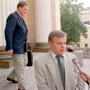 Raimo Sailas intervjuas på Ständerhusets trappa, Paavo Lipponen går förbi.