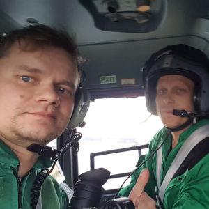 Kuvaaja Toni Pasanen Kosti Koivisto-Kokon kanssa lääkärihelikopterissa Elossa 24h - kuvauksissa.