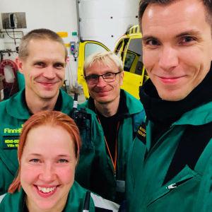 Kuvaaja Tapio Sovijärvi yhdessä Tampereen FinnHEMS-lääkärihelikopterin miehistön kanssa