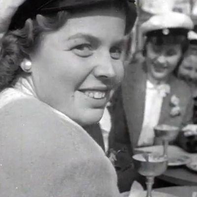 Ung kvinna som ler