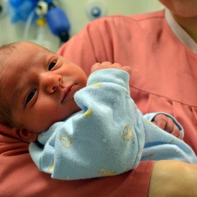 Kolmen päivän ikäinen poikavauva Leinonen äitinsä Tuulia Leinosen sylissä.
