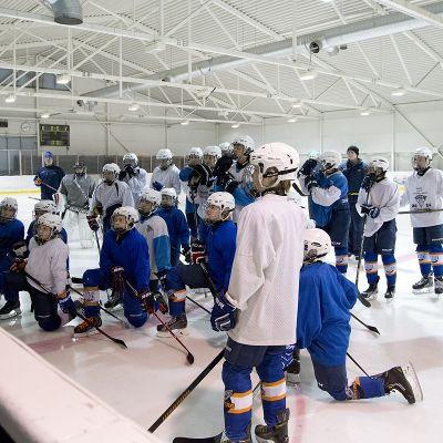 Jesse Puljujärvi Kiekko-Vantaan -02-poikien harjoituksissa.