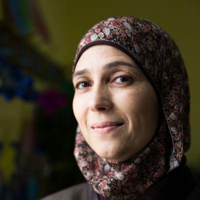 Palestiinalainen opettaja Hanan al Hroub on kehittänyt opetusta, jolla ehkäistään väkivaltaista käytöstä lapsissa. Hän on kirjoittanut aiheesta myös kirjan.