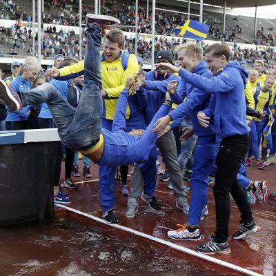 Ruotsalaiset juhlivat Olympiastadionilla