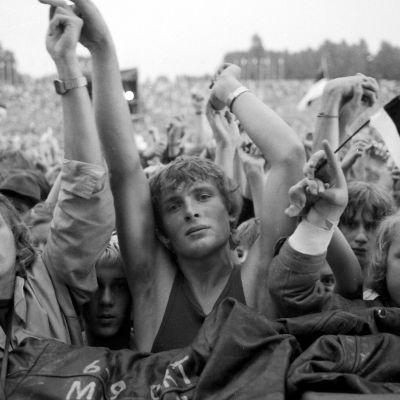 Yleisömassaa ja Viron lippuja Glastnost-rockissa.