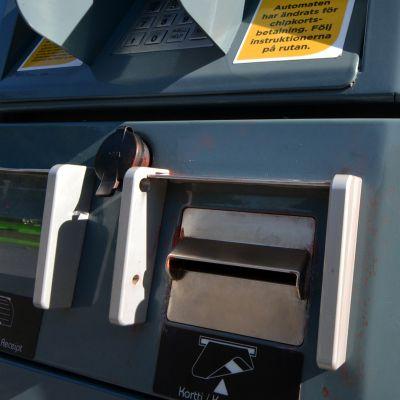 Polttoainemittarin korttimaksuluukku.