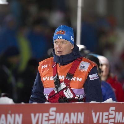 Reijo Jylhä jännittää radan vieressä.