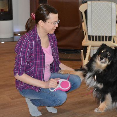 Oululainen Pirkko Meltaus-Kauppila koiransa kanssa