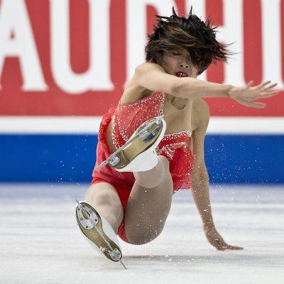 Wenjing Sui ja Cong Han voittivat pariluistelun MM-kultaa, vaikka tässä pieni pyllähdys tulikin hypyn jälkeen.