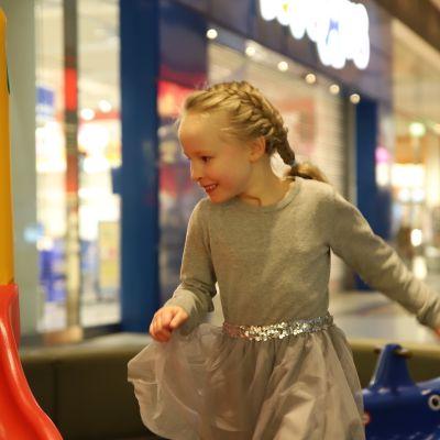 Kuusivuotias Kaisla Hakala-Rahko leikkii ostoskeskuksen leikkipaikassa.