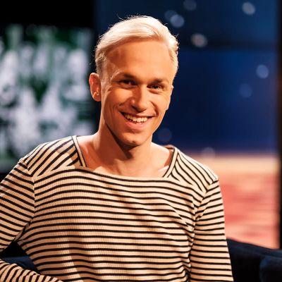 Skådespelaren Christoffer Strandberg sitter i Daniel Olins tv-studio