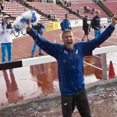 Jarkko Kinnunen tuulettaa Ruotsi-ottelun jälkeen vesiesteellä.