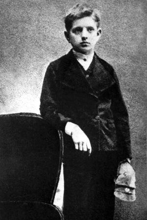 Nuori Jean Sibelius alakouluikäisenä valokuvaajalla