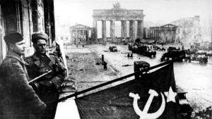 Sovjetiska trupper hissar flaggan vid Unter den Linden i samband med bafriandet av Berlin under andra världskriget