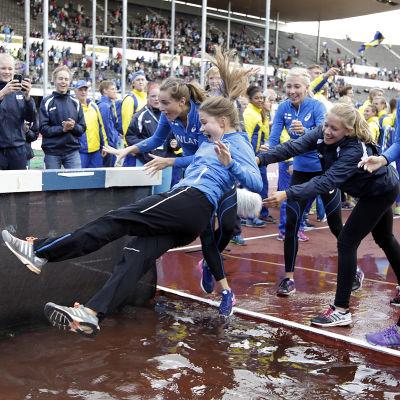 Finlands flickkapten slängs i vattengraven, Sverigekampen 2014.